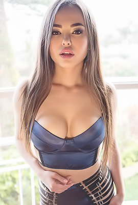 /Gorgeous Asian Model Li Moon